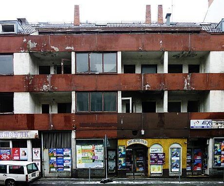 Das Bild zeigt ein verlassenes Gebäude, das in keinem guten Zustand ist.