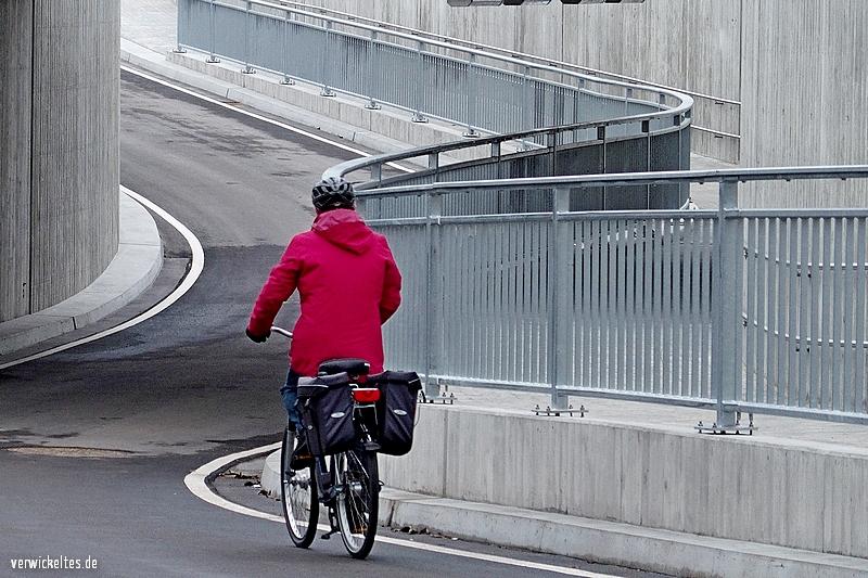 Ein Radfahrer fährt durch die Unterführung Forststraße, die Braunshardt mit Weiterstadt verbindet.