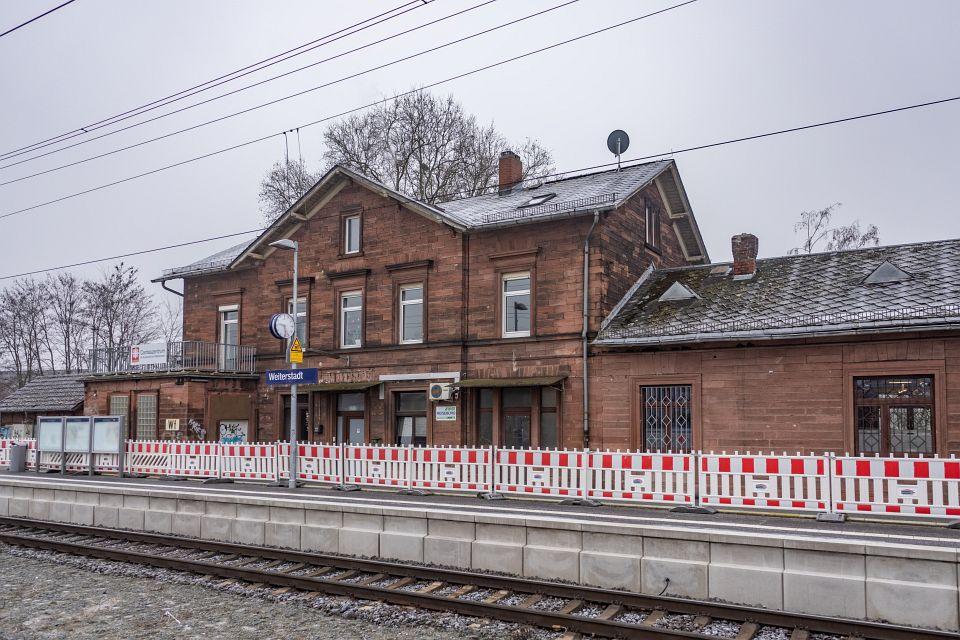 Auf dem Foto ist der Weiterstädter Bahnhof zu sehen und die rot-weißen Absperrungen, die ein Geländer ersetzen.
